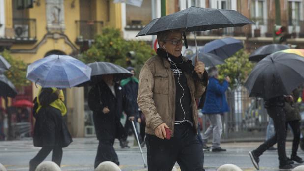 Unos viandantes se resguardan de la lluvia bajo sus paraguas