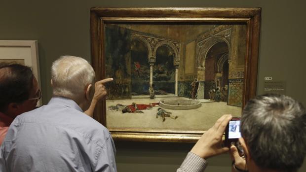Unos visitantes contemplan una obra de Mariano Fortuny
