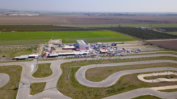 La pista de Alcalá del Río es la más grande de la provincia