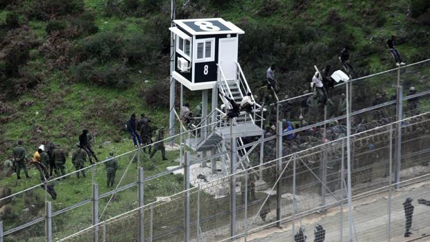 Los policías están desbordados por los saltos masivos a la valla de Ceuta