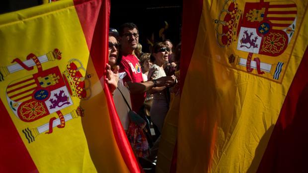 Banderas de España en la manifestación celebrada ayer en Barcelona contra el desafío soberanista