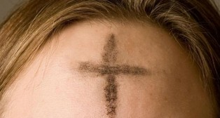 Cruz de ceniza en la frente, como símbolo de la Cuaresma