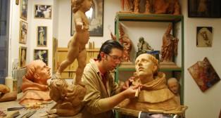 Darío Fernández trabajando en su taller