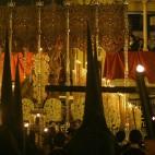 La cruz de guía del Calvario espera a que pase la Macarena por la Campana