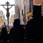 Penitentes detrás del Cristo de las Almas de los Javieres / JESÚS SPÍNOLA