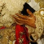 La mano de la Esperanza de Triana, de la que cuelga el salvavidas, y el ancla en el pecho, símbolos de la Esperanza / RECHI