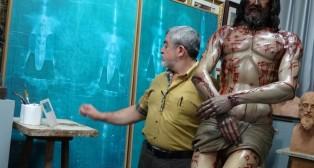 El profesor Miñarro junto al Yacente.
