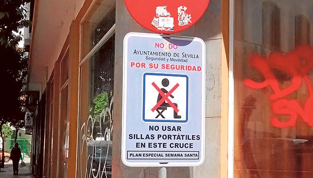Señal de prohibición de las sillitas en un cruce del Centro