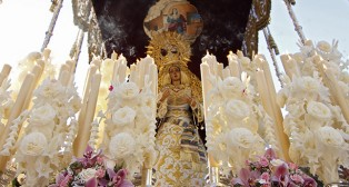 Colorida estampa, la que ofrece la Virgen del Amor sobre su paso / Vanessa Gómez