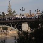 El Cachorro por el puente de Triana / JOSÉ GALIANA