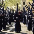Nazarenos del Baratillo en la calle Adriano / EFE - RAÚL CARO