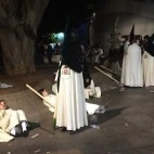 Nazarenos descansando en las setas de la Encarnación