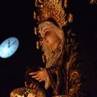 La Soledad, enmarcada por el reloj de San Lorenzo en la entrada / J. J. COMAS