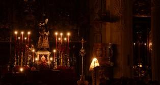 Señor de Pasión a luz de las velas, en la Iglesia Colegial del Salvador / JOSÉ JAVIER COMAS RODRÍGUEZ