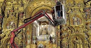 Técnicos del IAPH estudian el retablo de la patrona / A. F.