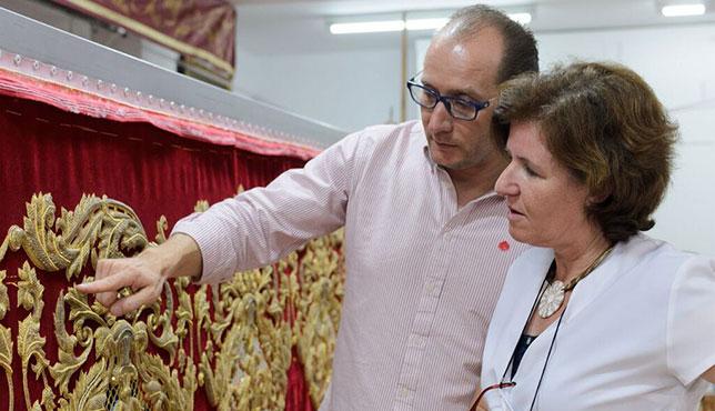 Jesús Rosado muestra los bordados restaurados del palio de la Virgen de las Mercedes de Santa Genoveva / J.A. CALDERÓN