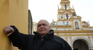 Pepe Hidalgo posa ante la Basílica de la Macarena / JOSÉ JAVIER COMAS RODRÍGUEZ
