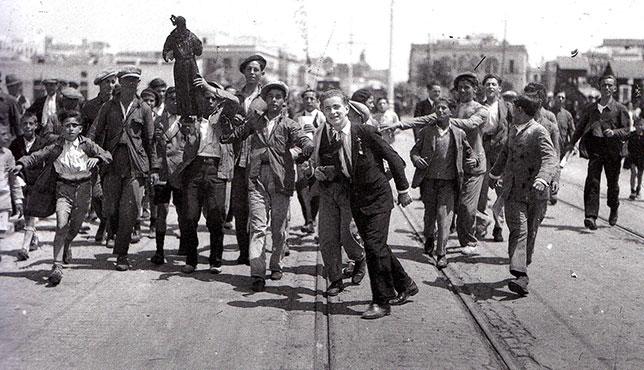 Año 1931, unos jóvenes portan los restos de una imagen de la capilla de San José