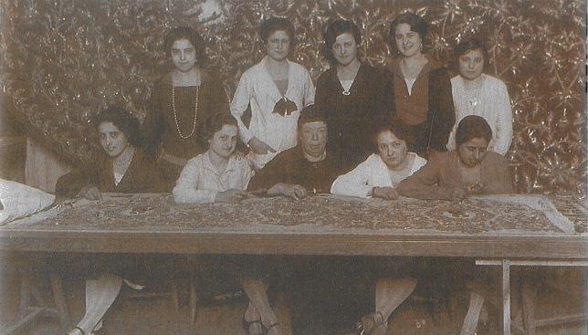Carmen Capmany junto a sus bordadoras. / FOTO: Archivo Hdad de Pasión