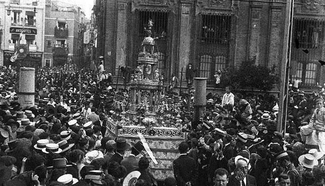 La custodia de la Santa Espina en una procesión del Corpus de comienzos del siglo XX