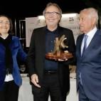 Manuel Cepero entrega el último premio «Demófilo» a Serrat en compañía de la Consejera de Cultura, Rosa Aguilar