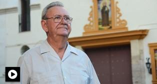 Carlos Morán ante la iglesia de San Benito / JOSÉ JAVIER COMAS RODRÍGUEZ