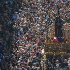 Jesús del Gran Poder avanza por la Avenida de la Constitución sobre un mar de fieles, en su última salida extraordinaria / JOSÉ JAVIER COMAS RODRÍGUEZ