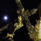Nazareno de las Penas de San Vicente con la cruz de carey en la noche del Lunes Santo / JESÚS SPÍNOLA