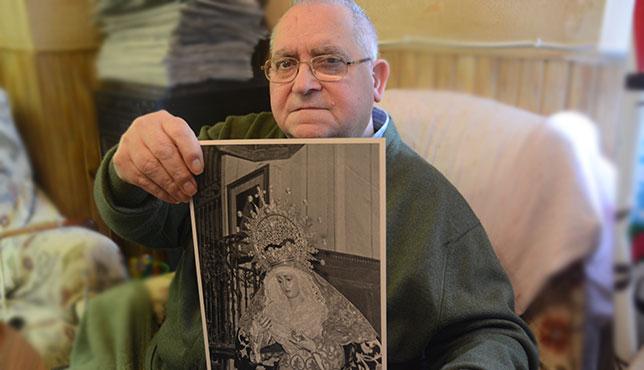 Joaquín Serrano sostiene la primera foto de la Virgen de Guadalupe tras ser bendecida / JOSÉ JAVIER COMAS RODRÍGUEZ