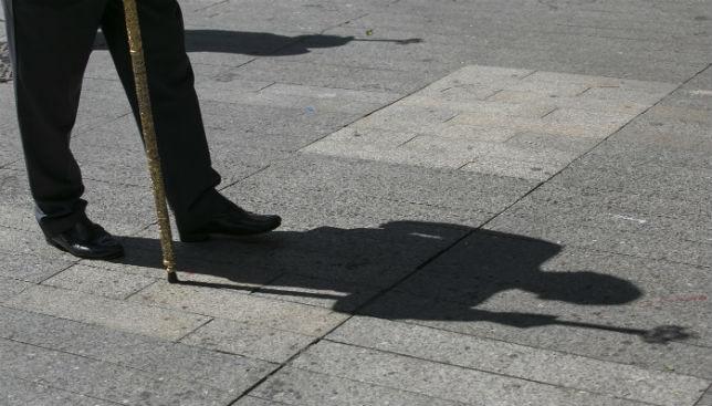 Una hermano porta una vara de su hermandad.