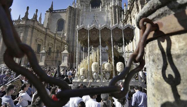 Virgen de la Angustia de los Estudiantes en el entorno de la Catedral / VANESA GÓMEZ
