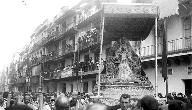 Imagen poco conocida de una procesión de la Virgen de los Reyes