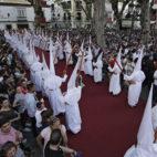 Nazarenos del Dulce Nombre saliendo el Martes Santo / JUAN FLORES