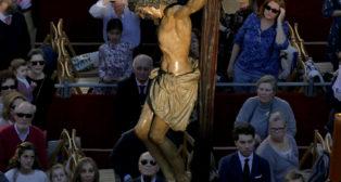 El Cristo de Llos Estudiantes por la avenida de la Constitucion en sentido contrario . FOTO: J.M.SERRANO