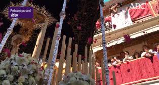 Impresionante petalada a la Virgen del Cerro del Águila - Semana Santa de Sevilla 2018