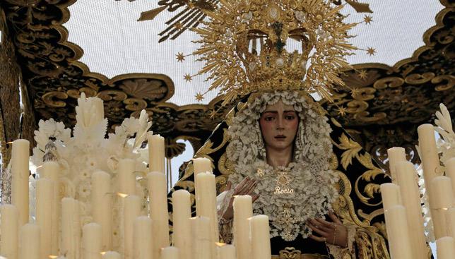 La Virgen del Rocío momentos después de la salida / JUAN FLORES