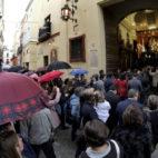Paraguas a las puertas de la capilla de La Carretería (Juan Manuel Serrano)