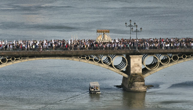 La Virgen de la Salud de San Gonzalo cruzando el puente de Triana