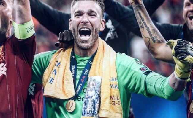 Adrián San Miguel celebra la Supercopa de Europa con el Liverpool, con su toalla de la Virgen de los Dolores.