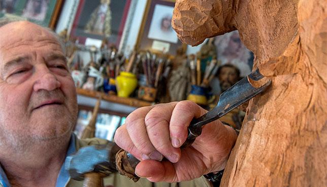 Álvarez Duarte trabajando en su taller / J. J. ÚBEDA