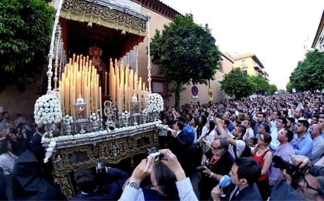 La Virgen de los Dolores de las Penas de San Vicente el Lunes Santo de la Semana Santa de Sevilla. Foto: J.M. Serrano