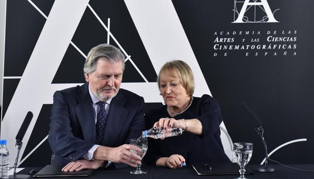 La presidenta de la Academia, Yvonne Blake, junto al ministro de Cultura, Íñigo Méndez de Vigo