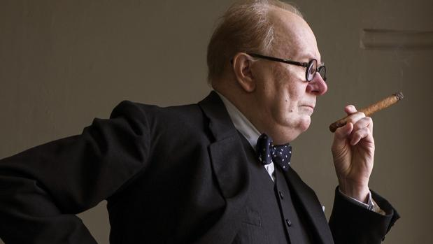 Gary oldman interpreta a Winston Churchill en El instante más oscuro