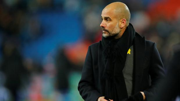 Pep Guardiola, con su lazo amarillo en el pecho, en el partido frente al Basilea
