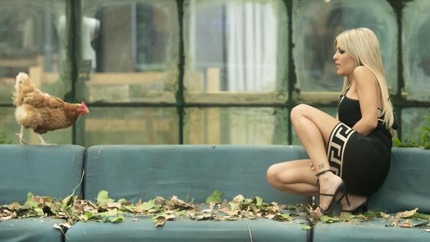 Oriana Marzoli, enfrentándose a una gallina en la primera gala de «GH VIP»