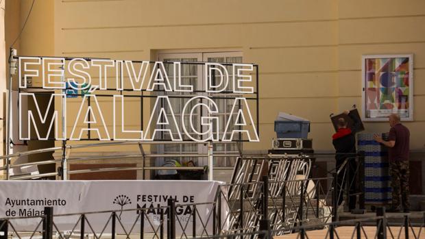 Vista parcial de la plaza del Teatro Cervantes de Málaga donde los operarios ultiman en estas últimas horas los preparativos para que esté todo listo y, desde este viernes, el Festival de Cine en Español de Málaga