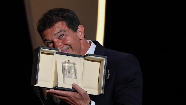 Antonio Banderas, con su galardón a mejor actor en Cannes 2019