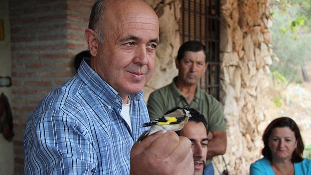 Eusebio Gómez identifica a un pájaro en el hueco de su mano