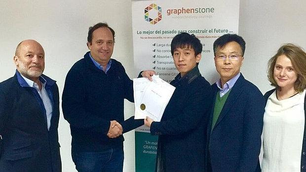 El ingeniero químico visueño Antonio León con un cliente asiático