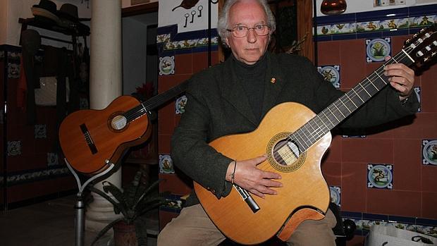 Jesús Solano posa con una de sus revolucionarias guitarras